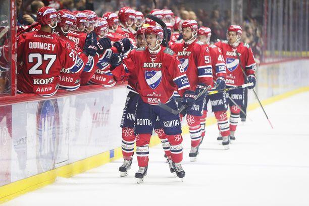 Erik Thorell (edessä), Joonas Rask, Johan Motin, Teemu Eronen ja Juhani Tyrväinen juhlivat Thorellin 2-0-maalia.