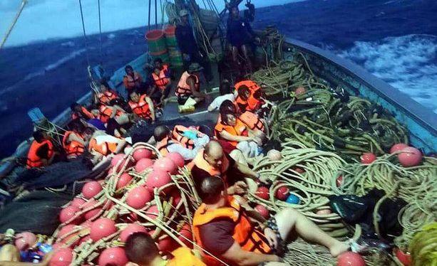 Phoenix PD -aluksessa olleita matkustajia pelastettiin torstaina troolarin kyytiin Phuketin edustalla.