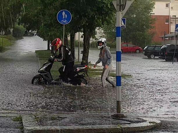 Myrskysateet ovat aiheuttaneet taajamatulvia muun muassa Valkeakoskella.