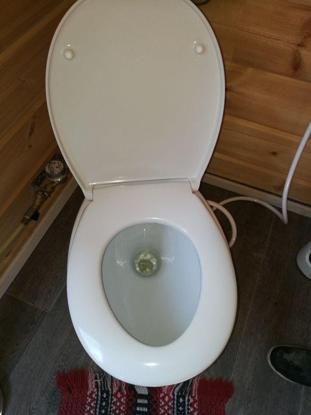 Vesivessan mukavuudesta ei tarvitse tinkiä mökilläkään, sillä alipaine-wc säiliöineen voidaan asentaa vaativiinkin kohteisiin.