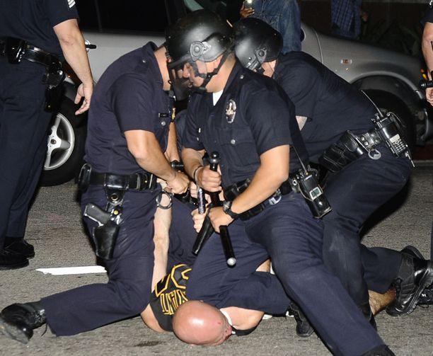 Poliisi joutui käyttämään voimakeinoja fanien rauhoittamiseksi.