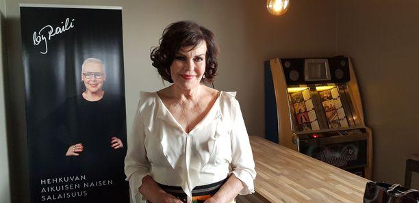 Paula Koivuniemi on suosittu suomalainen iskelmälaulaja. Koivuniemen kappaleisiin kuuluvat esimerkiksi Aikaan sinikellojen, Romantiikkaa ja Sata miestä.