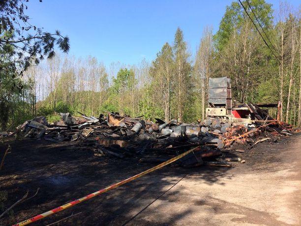 Espoossa Nygrannaksentiellä paloi suuri viljankuivaamo.