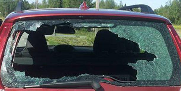 - Lensin päin autoa ja siitä vastaantulijan kaistalle. Nousin ylös ja ukko alkoi huutamaan, että rikoimme hänen autonsa, mies kuvailee tapahtunutta.