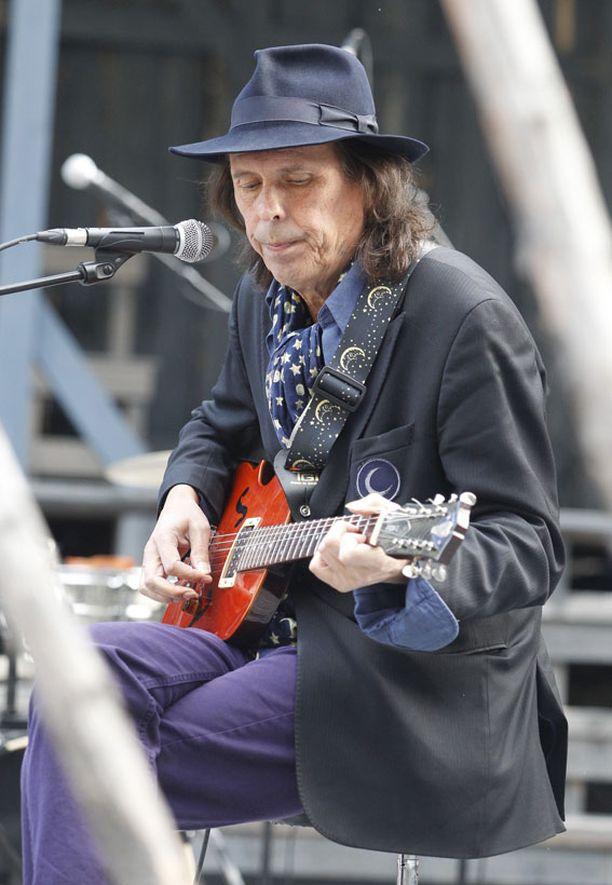 Dave Lindholmin olemus on sama vanha tuttu, hattu ja kitara. Musiiikki soi yhä vahvana ja ilmeikkäänä.
