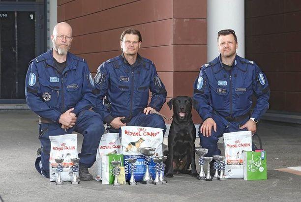 Kuvassa voittajakolmikko: vasemmalla Vesa Hiltunen, keskellä Sami Hämäläinen ja Sepe ja oikealla Heikki Latvakoski.