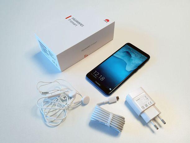 Huawei P Smartin mukana toimitetaan laturi, micro-USB-johto sekä nappikuulokkeet.
