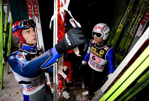 Janne Ahonen ja Björn Einar Romören katselivat suksiaan ennen Bischofshofenin harjoituskierrosta tammikuussa 2010.