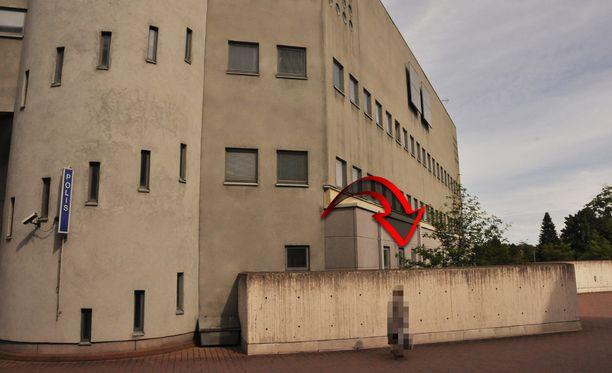 Jari Aarnio sijoitettiin tutkintavankeutensa aluksi tähän pieneen selliin Porvoon poliisivankilassa. Vastaava eristäminen jatkuu yhä Vantaan vankilassa.