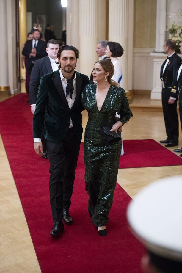 Näyttelijä Pihla Viitalan ja hänen miehensä kättelystä poistuessa otettu kuva paljastaa, kuinka niukasti kättelyyn oli saapumassa vieraita.