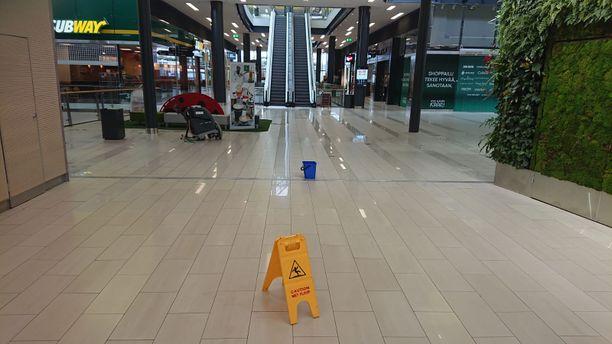 Kaaressa on aamu kulunut lattioita kuivatessa, kun vesi tuli sisään kauppakeskuksen kerroksiin katolta.