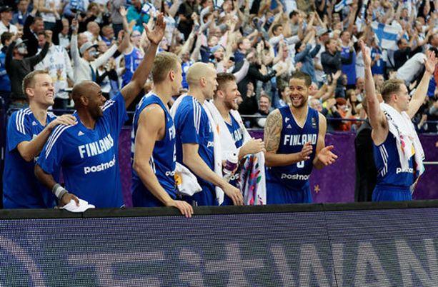 Susijengi ja fanit juhlivat EM-kisoissa.