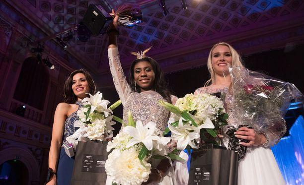 Sephora Ikalaba kruunattiin Miss Helsinki 2017 -kisan voittajaksi. Perintöprinsessat ovat Miska Nikander ja Maria Mustonen.