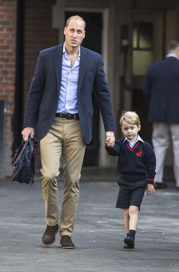 Prinssi William ja prinssi George astelivat käsi kädessä koulun pihalle.