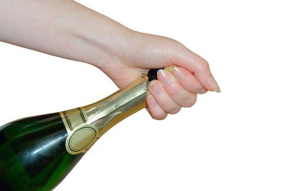Älä pyöritä korkkia, vaan pullon pohjaa. Silloin paine nostaa korkkia ylöspäin. Toisella kädellä jarrutetaan korkkia, mutta kun tekniikka on hallussa, korkki nousee pehmeästi.