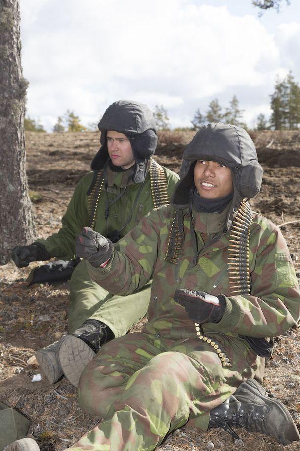 Ammunnoissa käytetään myös panssarivaunujen konekivääreitä. Varusmiehet vyöttävät konekiväärin panosvöitä.