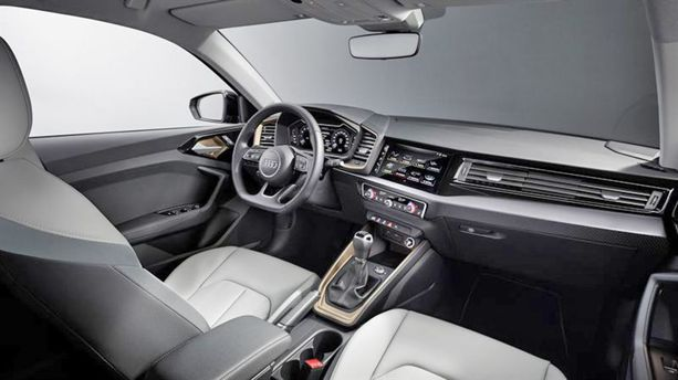 Ohjaamo on modernistoitu digitaaliseksi, mutta ei sentään isojen Audien tasolle.
