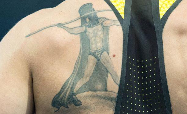 Saksalaisheittäjä on ollut suunnittelemassa tatuointiaan.
