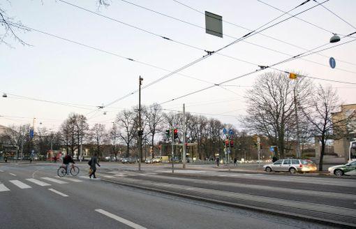 Bussikaista alkaa vasta Mannerheimintieltä, kun käännytään (kuvassa oikealta) Helsinginkadulta Mannerheimintielle.