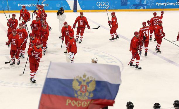 Venäläiset marssivat olympiavälieriin - punaisissa peliasuissaan.