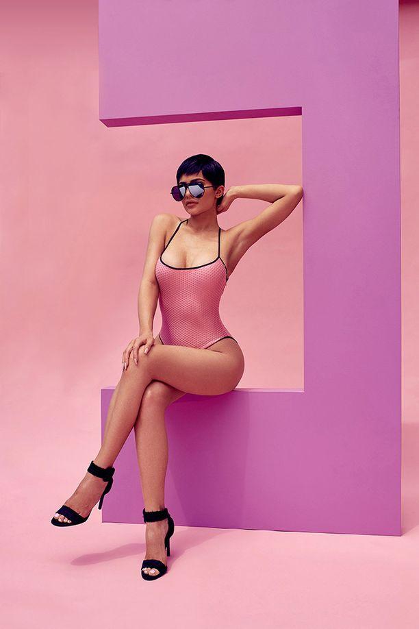 Mainoskuvissa Kyliella on monta kiinnostavaa tyyliä, kuten tämä pixie-tukka yhdistettynä jännittävään suomupintaiseen uikkariin.