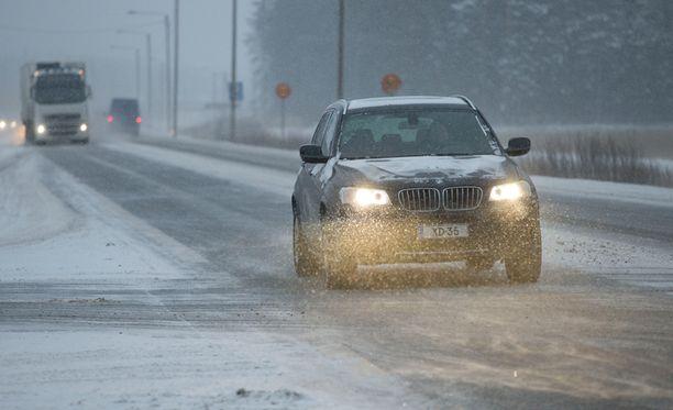 Suomen yli pyyhkäisevä lumisadealue heikentää ajokeliä suuressa osassa maata.