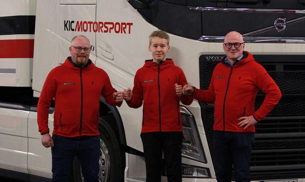 Peter Flythström (vas.) ja Petri Lappalainen (oik.) poseeraavat yhdessä KIC Motorsportin kuljettajan Elias Seppäsen kanssa.