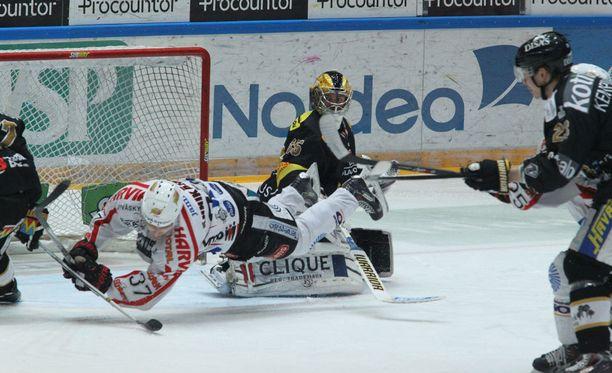 JYPin Markus Hännikäinen liitteli Iiro Tarkin maalin edessä viime lauantaina.