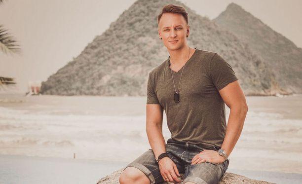 Elias tuli tunnetuksi hänen osallistuessa Temptation Island -ohjelmaan puolisonsa Vilman kanssa.