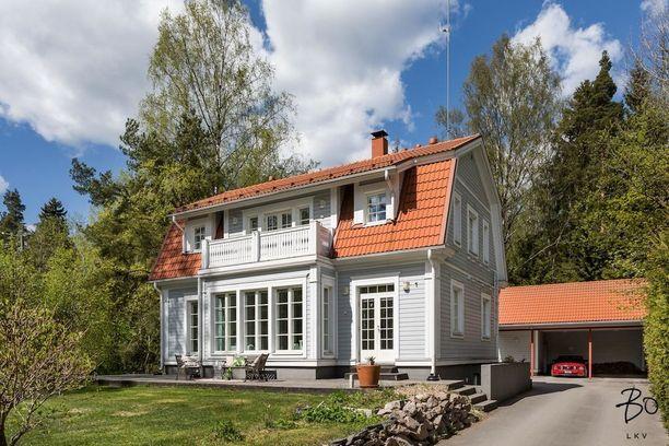 Modernia mansardikattoista taloa edustaa muun muassa tämä Espoossa sijaitseva vuonna 2005 rakennettu talo.