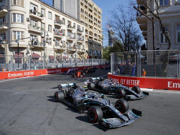 Valtteri Bottas ja Lewis Hamilton ajoivat Azerbaidzhanin GP:n ensimmäiset mutkat lähestulkoon rinta rinnan.