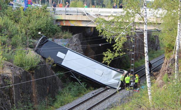 Ruotsista liikkeelle lähtenyt bussi poistui Kuopiossa moottoritieltä Kolmisopen liittymästä. Moottoritierampin päässä ollen risteyksen jälkeen linja-auto syöksyi alas sillalta päätyen junaradalle.