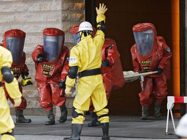 GICNT-verkosto kokoaa yhteen eri viranomaisia torjumaan ydinterrorismia. Kuva Tokiosta, jossa pelastusviranomaiset harjoittelevat ydin-, biologista tai kemiallisen aseen iskun jälkeisiä pelastustöitä. Kuvituskuva.