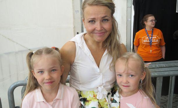 Marita Taavitsainen ja tyttäret Iines ja Stella viime kesänä.