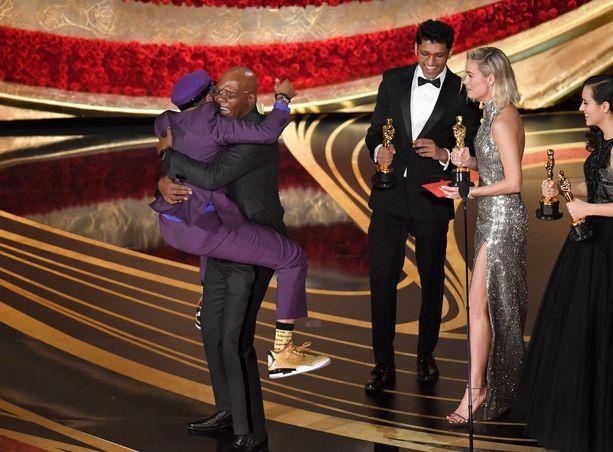 Spike Lee voitti parhaan sovitetun käsikirjoituksen Oscar-palkinnon ja otti ilon irti voitostaan.