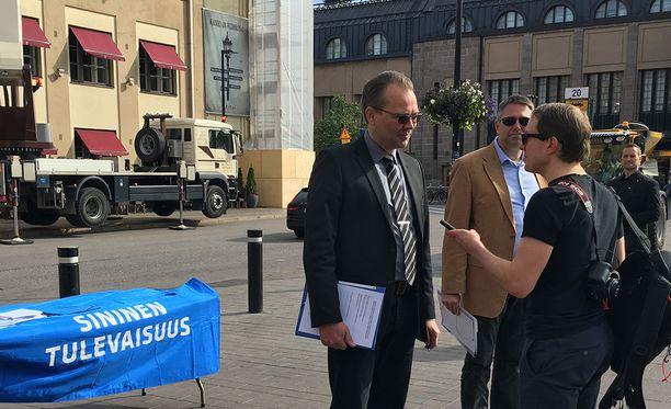 Jussi Niinistö kertoi Verkkouutisille, että häntä on kosiskeltu niin kokoomuksen, keskustan kuin perussuomalaistenkin riveihin. Niinistön mukaan hän lähtee kuitenkin ehdolle sinisten listoilta, jos hän on käytettävissä tulevissa vaaleissa.