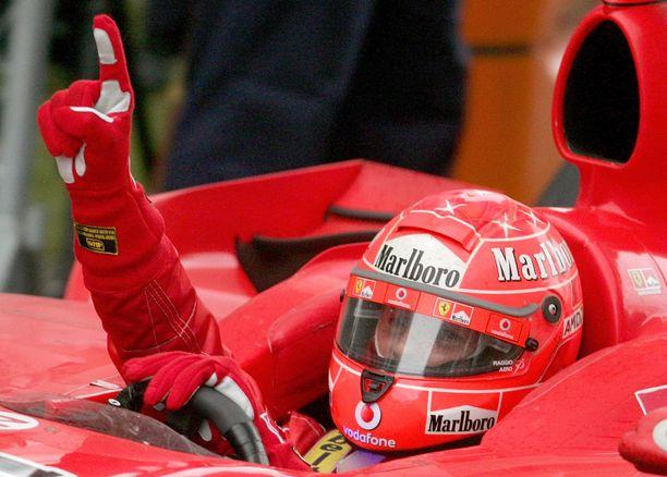 Michael Schumacher dominoi formuloita vuosituhannen alussa.