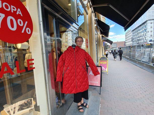 Joutsen-liike muutti länsipäästä itäpäähän Hämeenkadulla ja on pessyt ikkunoita jatkuvan pölyn takia. Kuvassa myymälävastaava Sanna Rinne.