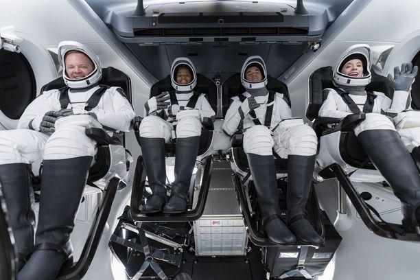 Chris Sembroski (vas.), Sian Proctor, Jared Isaacman ja  Hayley Aarceneaux pääsivät viettämään kolme päivää Maan kiertoradalla.