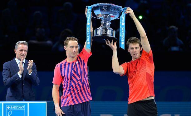 Henri Kontinen (vas.) ja John Peers nostelivat ATP-finaaliturnauksen voittopokaalia.