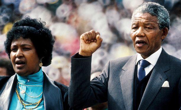 Winnie ja Nelson Mandela olivat naimisissa liki 40 vuotta. Tämä kuva otettiin vuonna 1990.