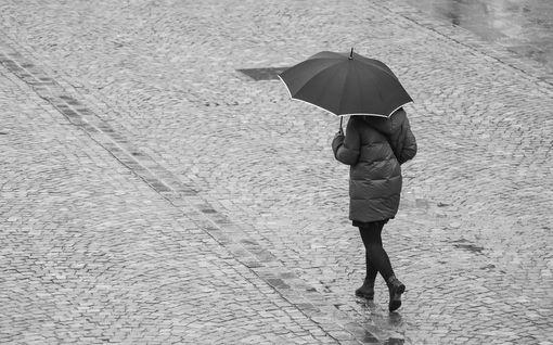 Keskiviikon sää tarjoaa lähes kaikkea mahdollista – lämpöennätyksen lähentelystä paukkupakkasiin, myrskyisistä vesisateista kevyisiin lumisateisiin