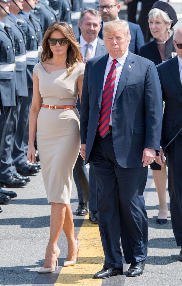 Donald ja Melania Trump saapuvat viikonloppuna Suomeen, mutta samalla matkalla he kävivät myös valtiovierailulla Iso-Britanniassa, jossa Melania edusti Roland Mouretin suunnittelemassa mekossa. Brittilehdistö ihastui Melanian asuun ja vertasi sitä herttuatar Meghanin tyyliin.