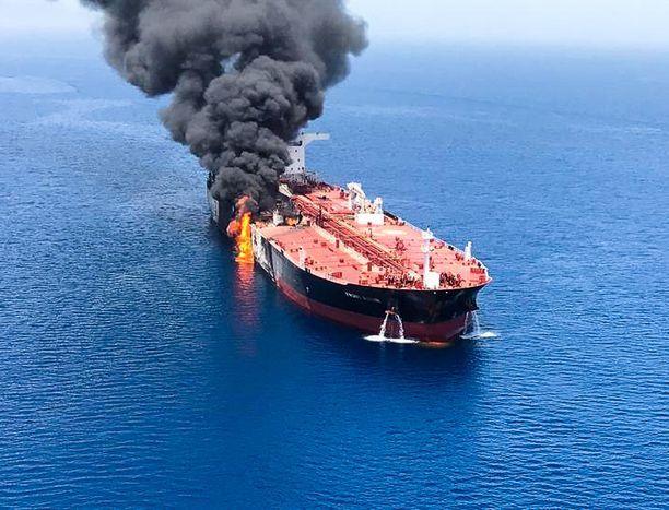 Norjalaisalus Front Altair -alus syttyi tuleen, mutta pysyi pinnalla.