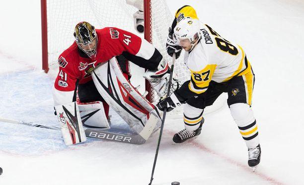 Pittsburgh Penguinsin kapteeni Sidney Crosby teki joukkueensa toisen maalin Ottawa Senatorsia vastaan. Itäisen konferenssin finaalisarjan voitot ovat nyt tasan 2-2.