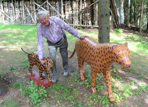Gepardit kuljeskelevat Veikon takapihalla.