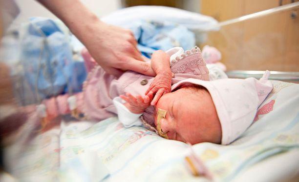 Vauvalle laitettiin valtimoneula. (Kuvituskuva)