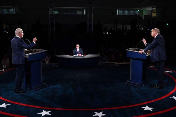 Joe Biden (vas.), Chris Wallace ja Donald Trump puhuivat väittelyssä toisinaan kaikki kolme samaan aikaan.