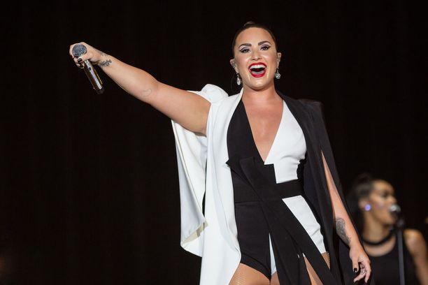 Demi Lovato esiintymässä Rock in Rio -tapahtumassa 24. kesäkuuta. Hän oli tasan kuukautta myöhemmin lähellä kuolla huumeiden yliannostukseen.