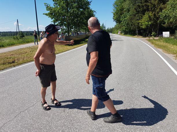 Matti Paakki (vas.) ja Seppo Ahtiainen tutkivat sunnuntaina lähtöjen välissä lauantain onnettomuuden hentoja jälkijä.